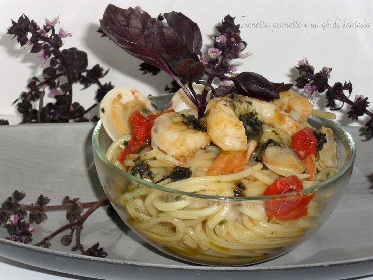 Spaghetti vongole e gamberi al pesto di basilico nero