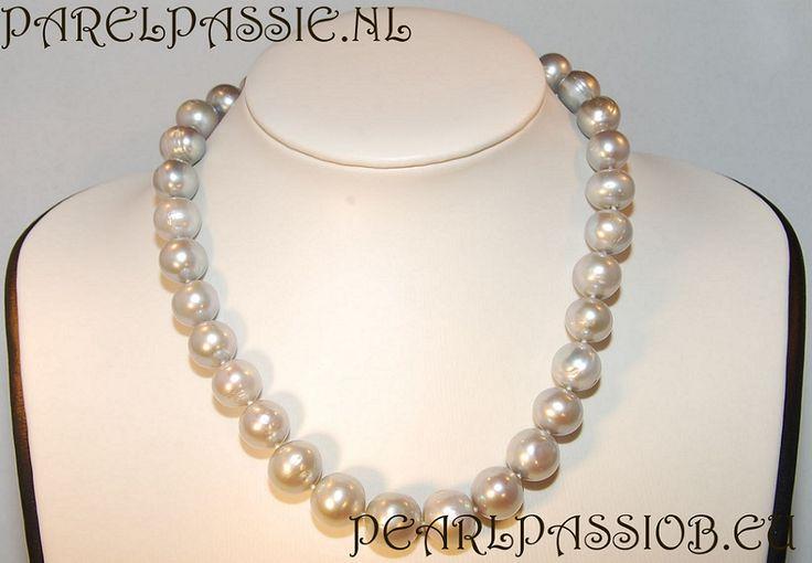 Silver gray huge freshwater pearl necklace. Zilver grijze zoetwater parelcollier. De parels zijn zeer groot. Met luxe schep slot. Prijzen vindt je op ParelPassie.nl