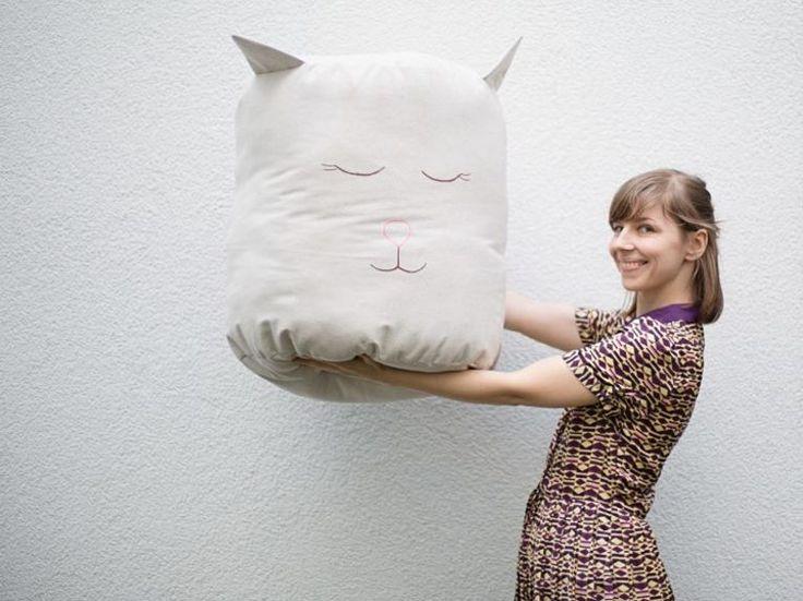 DIY-Anleitung für witzige Wohndeko: Pouf mit Tiergesicht nähen / home decor diy: how to sew a cat pouf via DaWanda.com