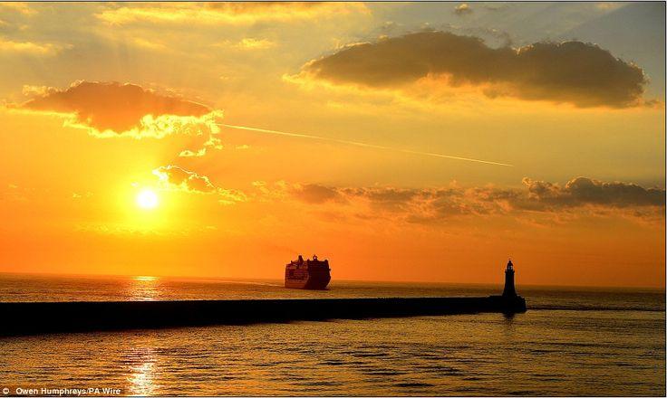 Los amaneceres a bordo de un crucero siempre son especiales.  Este es el crucero MSC Magnifica en el rio Tyne, un río corto costero de la vertiente del mar del Norte del Reino Unido que discurre por el noreste de Inglaterra.