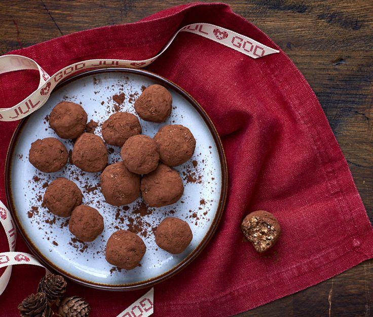 Vill du undvika vitt socker, men ändå njuta av god fika? Då tycker vi att du ska prova Dadelbollar med kanel till kaffet. Dadelbollar är lätta att göra och hur smaskiga som helst. Gör en dubbel sats till jul – det kommer gå åt!