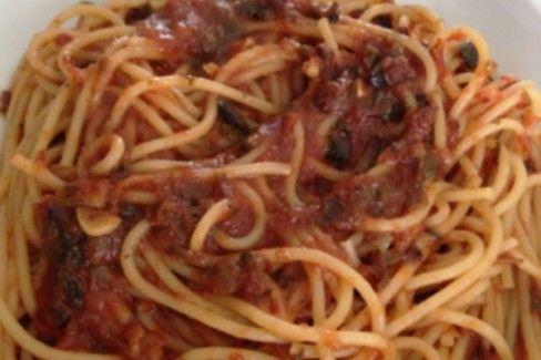 plato de espagueti a la puttanesca