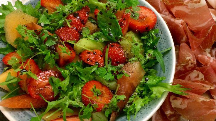 Lise Finckenhagens salat med jordbær og tre sorter melon passer godt til spekemat og annen salt mat. Prøv oppskriften til grillmaten også!