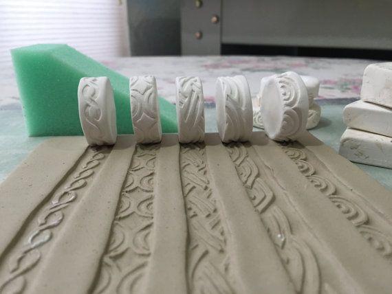 Cinq dessins sur le thème de la scroll curl celtique unique sont inclus dans ce timbre de rouleau définie pour utilisation dans largile, poterie, céramique, argile polymère, fondant ou même play doh. Timbres de rouleau peuvent être utilisés de multiples façons comme une conception de la frontière, de motif central ou de toute manière, que vous pouvez limaginer.  -Taille environ 1 1/4 « x 1/2 » Roue roller timbres.  -Faites du cône 04 argile en biscuit.    Voir plus de timbres rouleau ici…