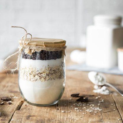 Ofenfrische Cookie-Glück verschenken: Backmischung mit Butter, Ei und Muscovado Zucker verrühren und zu 12 unwiderstehlich leckeren Chocolate Chip Cookies formen.