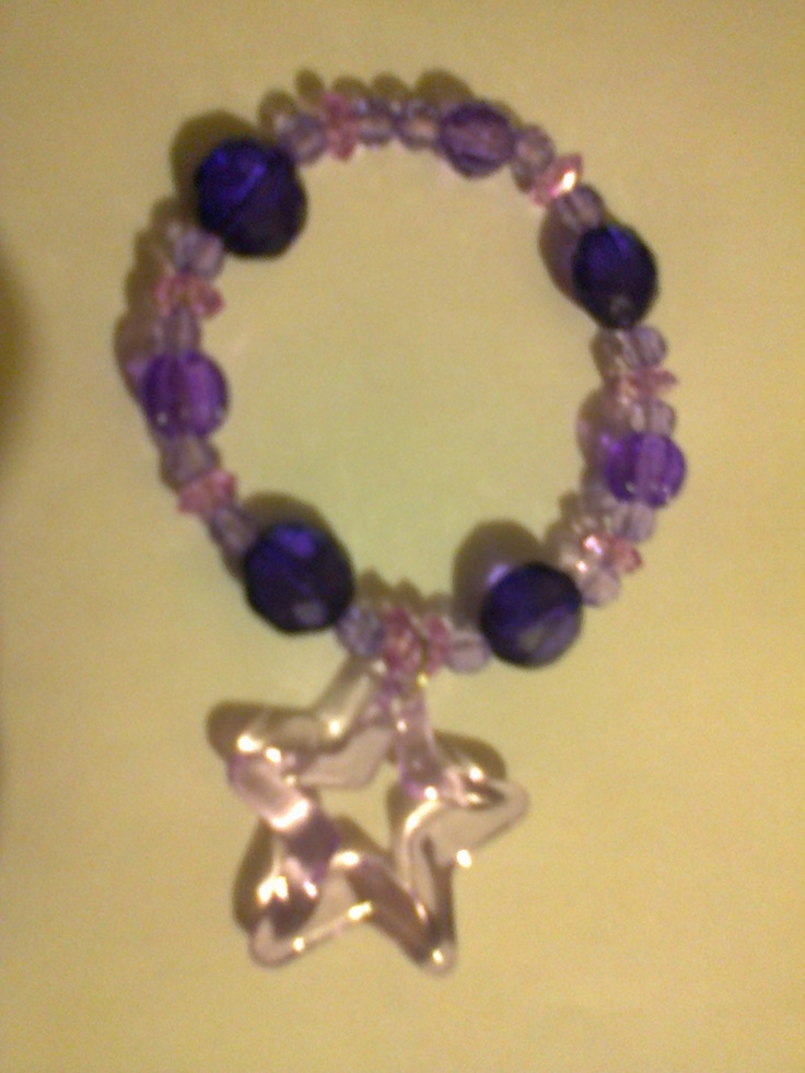 KA_P006 - Pulsera en color morado y lila, con colguije en forma de estrella.