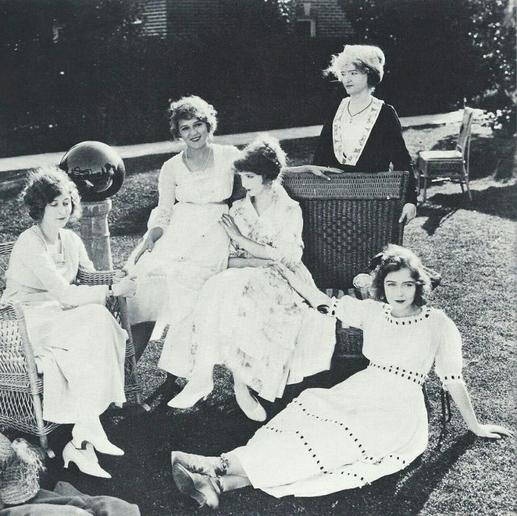 From the left: Mildred Harris, Mary Pickford, Lillian Gish, Mary Gish (mother), and Dorothy Gish. Early 1920s.