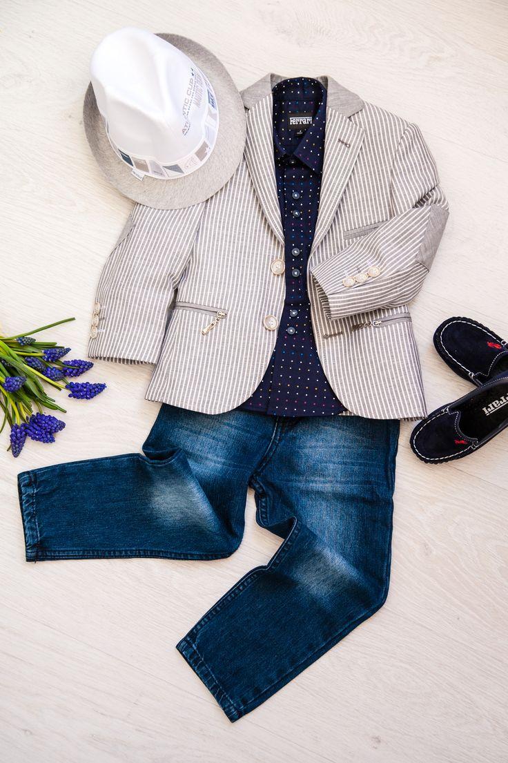 """""""Любитель денима"""". Классические темно-синие джинсы, невероятный полосатый пиджак с кокетливыми молниями на карманах о двух  металлических пуговицах, мокасины и рубашка в  тон к ним."""