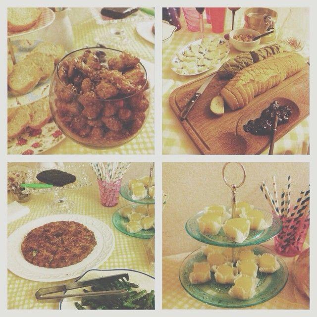 Festa na #casadasmadalenas tem que ter quitutes ✨{castanhas caramelizadas, pão de espinafre, brie com geléia de framboesa, quindim, doce de buriti, abobrinha picante em fundo de alcachofra, aspargos grelhados, torta de abobrinha, marshmallow, caju cristalizado, sangria e champagne...pronto!} #vscocam #clubedobordado #casadasmadalenas #quitutes #food #party #candy #comercomer #instafood #sp #brasil