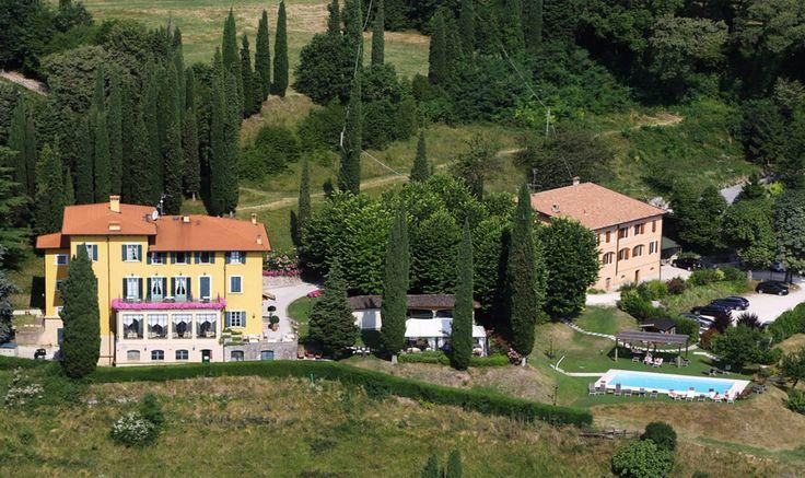 Hotel a 4 stelle in provincia di Brescia, dotato di piscina, domina dall'alto il lago di Garda. La location e l'atmosfera di una villa ottocentesca ne fanno una meta romantica ambita