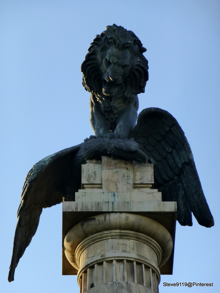 Lion @ Rotunda da Boavista. Porto, Portugal