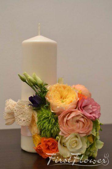 Lumanari stalp, 25 cm pentru nunta, cu ranunculus colorat si trandafiri David Austin - First Flower