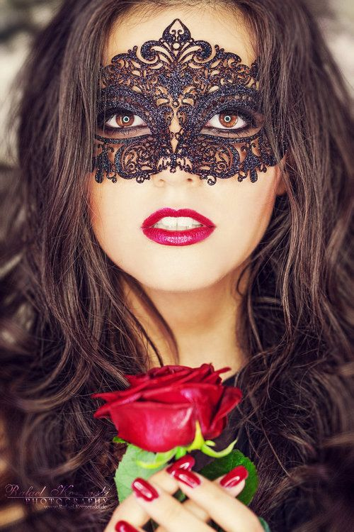 This is gorgeous too the detailing is just amaze. Feeling the black masks atm, they just seem to stand out more.