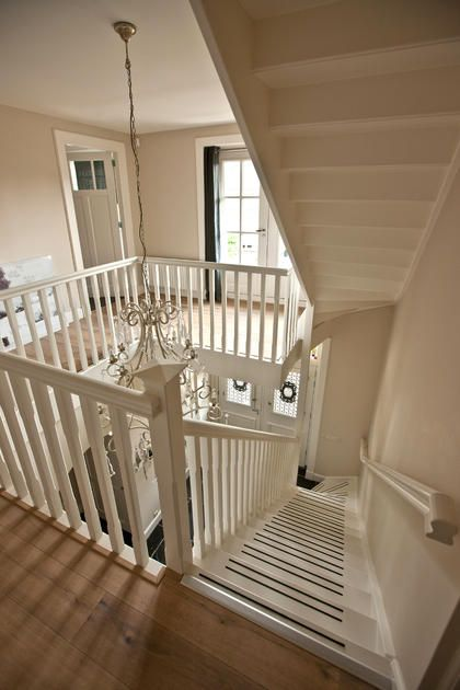 Villa bouw prachtige houten trap met houten balustrade in for Balustrade trap