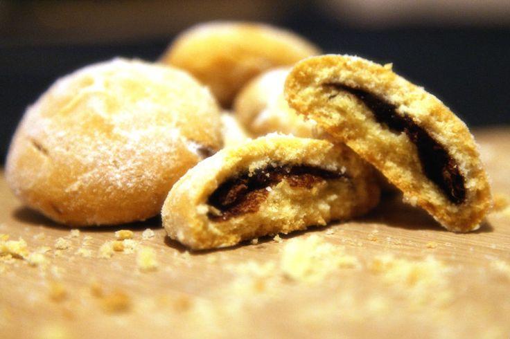 Klasik bir kurabiye hamurunun içine konan nutella ile bambaşka bir hale büründüğü, çayın en güzel eşlikçilerinden nutellalı kurabiye tarifi.