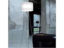 Golvlampa Ray från Flos ger bra punktbelysning i t.ex vardagsrum