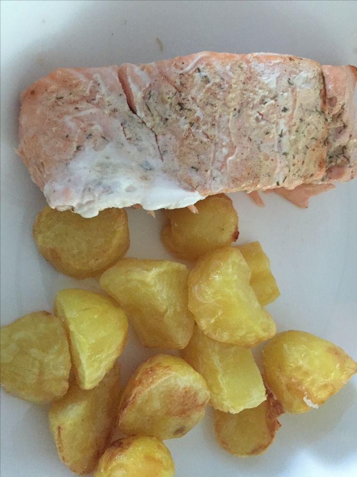 Aardappels voorkoken en met beetje olie onderin de airfryer. Erboven op het rekje in aluminiumfolie zalm besmeerd met mosterd, honing en olie. 180 graden 15 min of tot aardappelen en zalm gaar zijn.