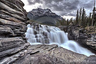 Questa è la cascata piú grande di Athabasca che si trova precisamente nella provincia di Alberta, presso lo Jasper National Park. Si tratta del più grande parco nazionale delle Montagne Rocciose Canadesi. Queste cascate, insieme alle Sunwapta, sono le più belle del luogo