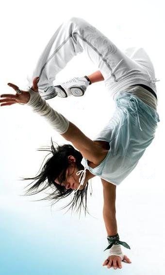 Sanne. Multi in irgendwie allem: US/Deutsch/Algerisch, Modern Dance/Parkour/Laufen, Telepathin/Mundfaul/Geheimnisbewahrer. Zieht auch schon mal einfach so ihr Shirt vor den Jungs aus. (Sofia Boutella)