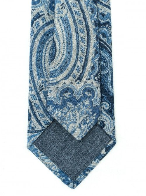 Corbata de seda y lana confeccionada en la región de Como (Italia) de manera artesanal, siguiendo la tradición italiana. Corbata de 8 centímetros de ancho de pala, con fondo azul marino y diseño paisley en tonos azules. www.soloio.com  #soloio #soloiomioda #shoponline #tie #corbata #menstyle #bespocke #suitup