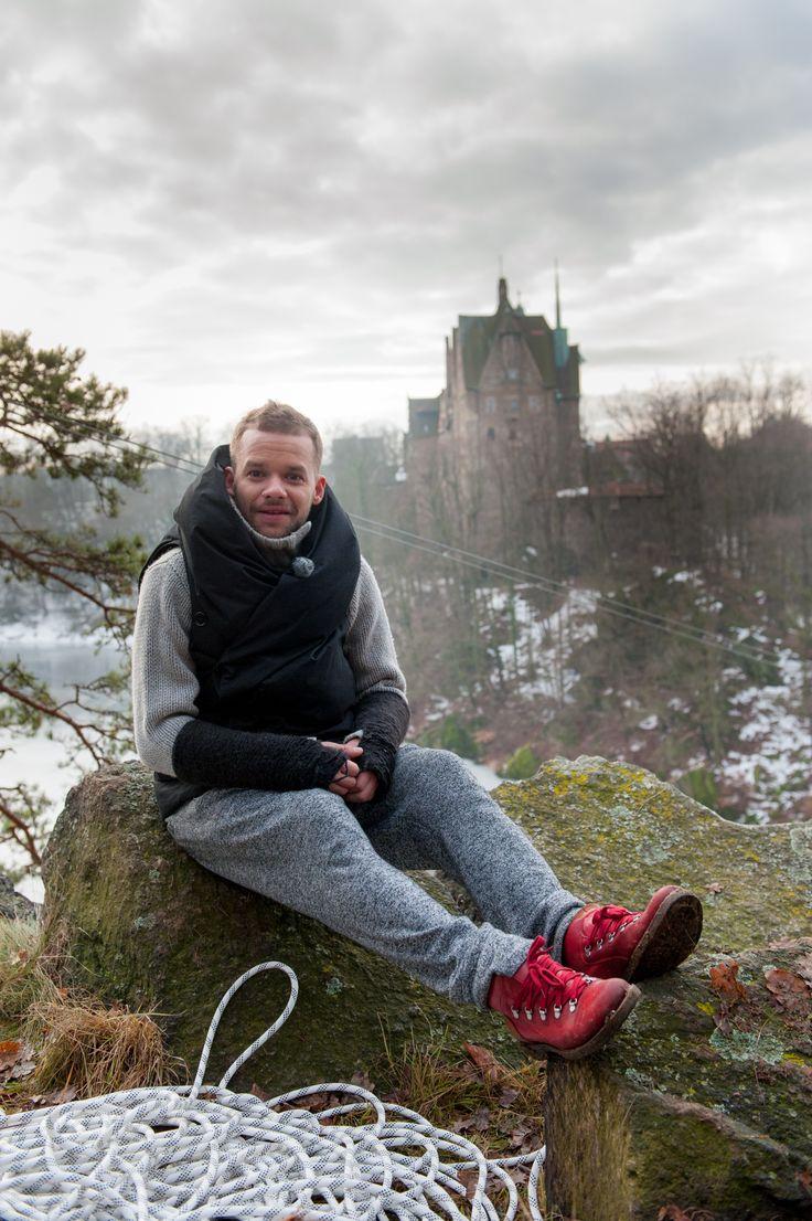 Michał Piróg - a w tle dostojny zamek Czocha