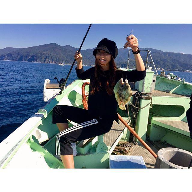 【maibaby519】さんのInstagramをピンしています。 《✔️get!🎣🎣 * * カワハギ2匹獲ったどー!🐟🐟 lunchにお刺身にして肝醤油で食べたよ♡ コリコリしてちょーちょー美味しかった♡ * 釣りバトル勝ったぜ😎 * #🎣 #🐟 #🗻 * #fishing#fish#mtfuji#sea#trip#travel#chillout#tbh#hun#njoy#golfer#hunter#fashionable#y3#釣りガール#カワハギ#海釣り#海#愉快な仲間達#最高のお天気#富士山丸見え#お昼ごはん#ゴルフ女子#낚시#골프#재미》
