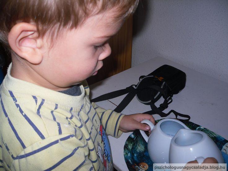Montessori folyadék öntés. Montessori liquid pouring exercise.