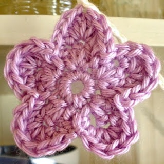 this is the easiest pattern for cute little flowers. it reads easy and comes out cute. as a beginning crocheter ❥Teresa Restegui http://www.pinterest.com/teretegui/❥