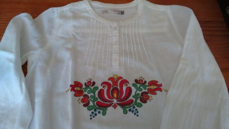 Camisa pintada a mano.