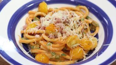Macaroni met hesp, kaas, tomaat en spinazie