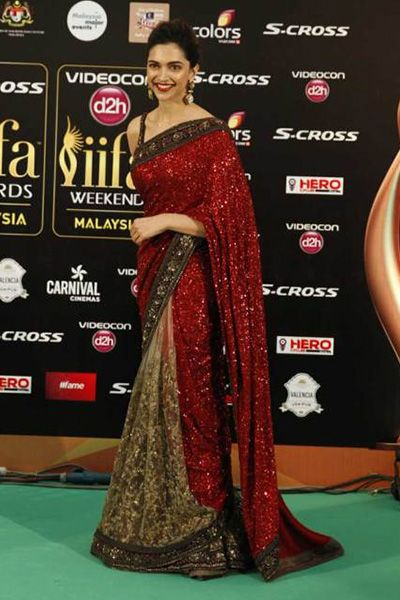 Deepika's Gorgeous look In IIFA Get wowed by Deepika's look in award night with beige & maroon combination sari, paired with a statement earring giving a clean & gorgeous look. Accompany the attire with subtle makeup & a bright colour lip shade.