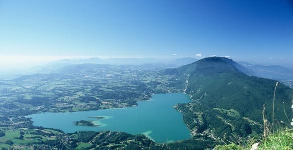 Lac d'Aiguebelette (Savoie) Situé à environ 10 Kilomètres de Chambéry. A l'inverse du lac d'Annecy connue pour ses eaux bleues, le lac d'aiguebelette est caractérisé par sa couleur souvent verte. Aiguebelette est surtout le paradis des baigneurs, puisqu'il s'agit d'un des lacs les plus chauds de France avec une température de l'eau pouvant atteindre les 28° en été ! Il se distingue également par son absence presque totale de vent.