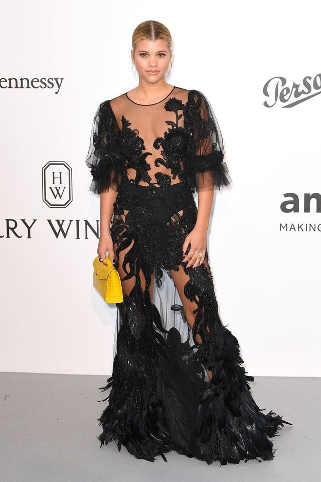Sofia Richie com vestido preto de penas e transparência para valorizar a silhueta. O look é Alberta Ferretti.  #sofiarichie #amfar