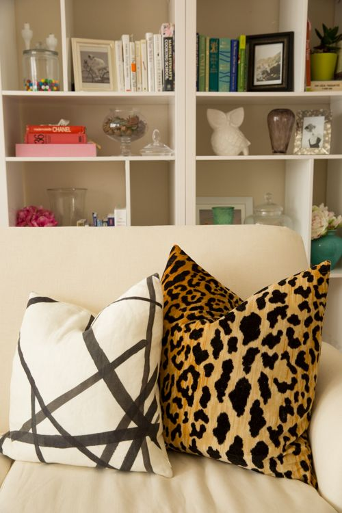 25 best ideas about leopard living rooms on pinterest cheetah living rooms animal print rug for Leopard print living room ideas
