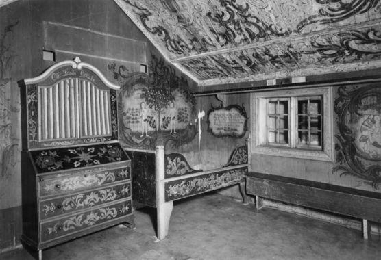 DigitaltMuseum - Mykingstua fra , Ål i Hallingdal, nå på Norsk Folkemuseum. Skatollet dat. 22. juni 1827. Stue og skatoll malt av Niels Bæra (Niels H. Sata 1785-1873). Mål plan: 2.10 x 1.75m, høyde til taklist 1.90m