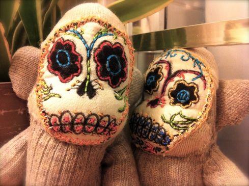 Dia de los Muertos sock monkeys. These are fantastic!Muertos Socks, Sock Monkeys, Sugar Skull, Of The, Socks Monkeys, Skull Socks, Dead, Day, Kids Toys