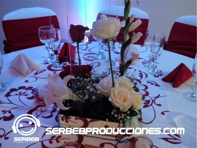 Centro de Mesa Sí deseas ver todas las fotos de esta decoración, Haz clic aquí http://serbebproducciones.com/index.php/decoraciones-de-eventos/decoraciones-para-bodas/46-decoracion-rojo-con-blanco/173-mesas-decoradas.html
