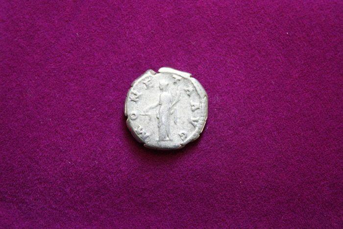 Romeinse rijk - Rome Mint - 134-138 AD - Hadrianus AR Denarius  Voorzijde: HADRIANVS AVG COS III P P kale hoofdige bust juiste lichte gordijnen op linker schouderOmgekeerde: MONE-TAAVG Moneta permanent gelijk bedrijf schalen in de rechterhand hoorn des overvloeds in linksRIC: 2563.04 g 17mmWordt geleverd met certificaat van echtheidBekijk de afbeeldingen voor een goede indruk.  EUR 4.00  Meer informatie