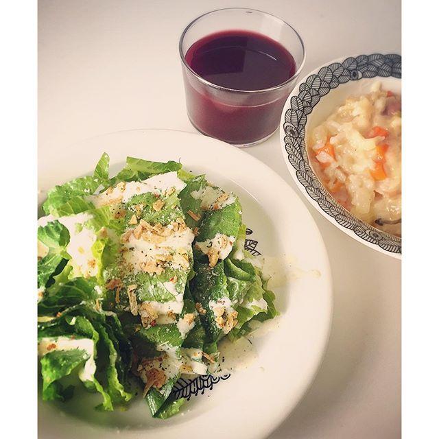 fayerayareyafこってりしたもの食べたい欲だが、カロリー抑えて白系ソースは豆乳の代用で。昨日staubでにんじんベーコンセロリと玉ねぎを親の仇のごとく刻みまくり、コンソメ仕立てのベーススープにお米と豆乳を加えて片栗粉でとろみ付けたリゾット(*´Д`*)野菜多めでうまー。ベーススープ割と使えるっていうヽ(・∀・)ノ ーーーーーーーーーーーーーーーーーーー ◯野菜まみれの豆乳リゾット ◯ロメインレタスの豆乳シーザーサラダ ーーーーーーーーーーーーーーーーーーー #おひるごはん #lunch #おうちごはん #staub #ストウ部 #ゆるゆる糖質制限 #8時間以内ダイエット #炭水化物は昼まで #バランス良く食べて痩せる #ダイエット #それでも飲む