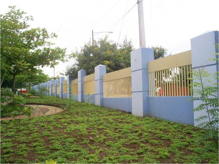 contrafuertes, medios muros y reja simple y tradicional / barda perimetral, Universidad Nacional de Ingeniería, Nicaragua