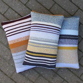 Til stranden, terrassen og ikke mindst til sofaen har jeg lavet et bud på 3 strikkede puder til sommerens udeliv. Puderne måler 30x...