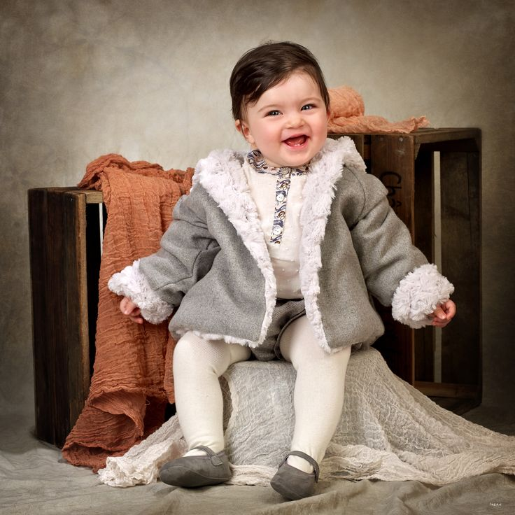 Abrigo de niña de franela gris en el exterior y pelo gris perla en el interior, con capucha y bolsillos #kids #corazondeleonkids #AW15-16 #moda #madeinSpain #franela #gris #capucha #pelo #baby
