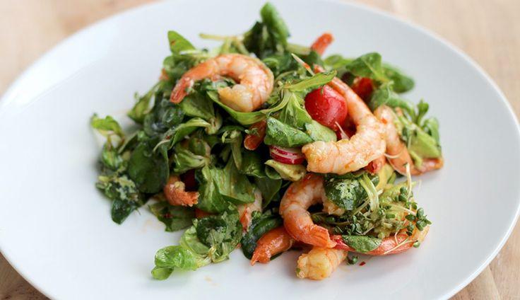 Een heerlijke én supersnelleAziatische salade met garnalen, radijs, tomaatjes, avocado, tuinkers en een Aziatische dressing op…