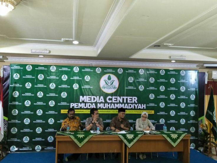 KontraS Desak Pemerintah Bentuk Tim Investigasi Usut Kasus Novel Baswedan  Konferensi Pers Koalisi Masyarakat Sipil Peduli KPK Rabu (26/7/2017) di antaranya KontraS PP Pemuda Muhammadiyah LBH Jakarta di Gedung Dakwah Muhammadiyah Menteng Jakarta Pusat. (Foto: EZ/Salam-Online)  JAKARTA (SALAM-ONLINE): Kordinator Komisi untuk Orang Hilang dan Korban Tindak Kekerasan (KontraS) Yati Indriyani mendesak pemerintah untuk membuat tim investigasi independen dalam menyelesaikan kasus yang menimpa…