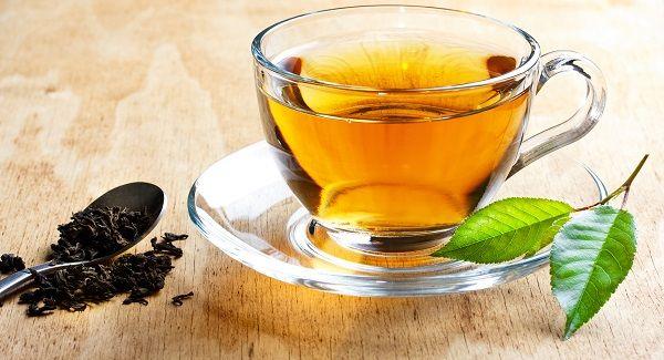 WinNetNews.com - Mungkin es teh manis masih menjadi minuman favorit banyak orang. Hampir semua warung makan atau restoran menyediakan es teh manis. Tapi cobalah sekali-sekali ganti minuman kamu dengan teh tawar. Sebagai informasi, teh tawar memiliki manfaat yang baik bagi kesehatan, misalnya mencegah