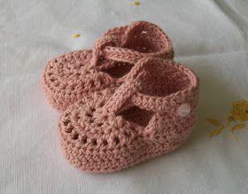 SANDALIAS ROSA PALO DE 8,5 CM      Material  Hilo rosa palo para agujas del nº 3- 3,5  Agujas de crochet del nº 3  2 botones  Realización  P...