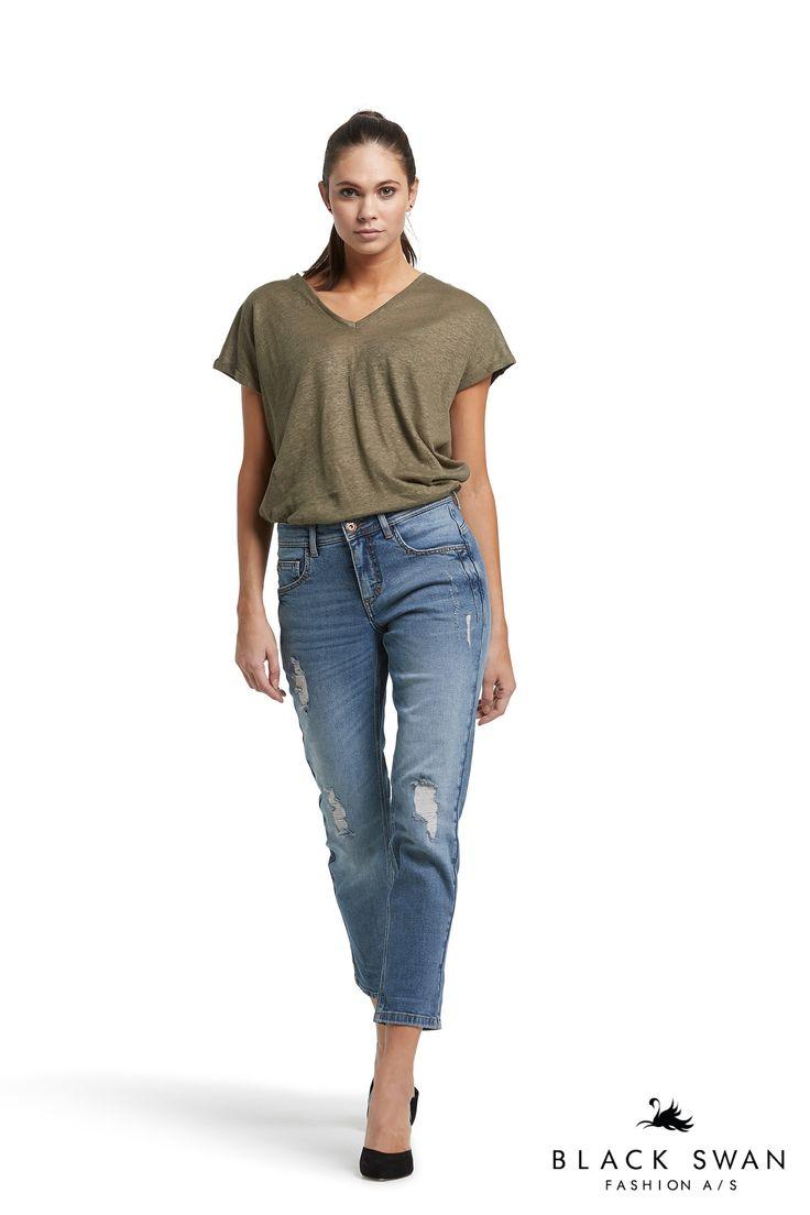 Janet boyfriend jeans and Janne tee Black Swan Fashion SS17