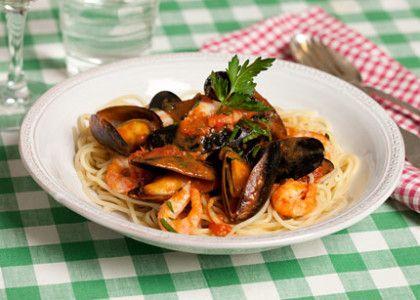 Pasta vongole är en italiensk nationalrätt, men jag väljer räkor och vanliga blåmusslor. Vid festligare tillfällen använder jag musslor med skal, finns färdigkokta i frysdisken om du inte