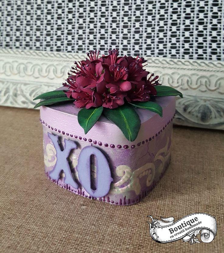 Caseta este decorata in tehnica decoupage pe un suport blank din furnir ,cu cracleuri medii, si patina de antichizare,iar florile de pe capac,sunt realizate manual din hartie.Este ideala pentru pastrat bijuterii sau alte obiecte pretioase,si poate infrumuseta orice toaleta cu oglinda,consola sau comoda. Dimensiuni : 7,2 cm/7,2 cm / inaltime fara flori =5 cm ( cu flori 8 cm)