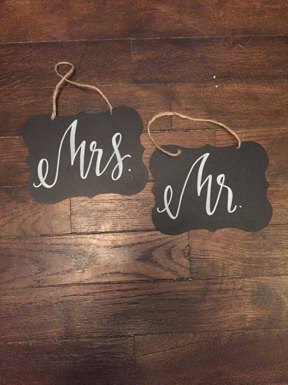 Twee 8 inch tekens weer te geven in de rug van de bruid en bruidegom stoelen.